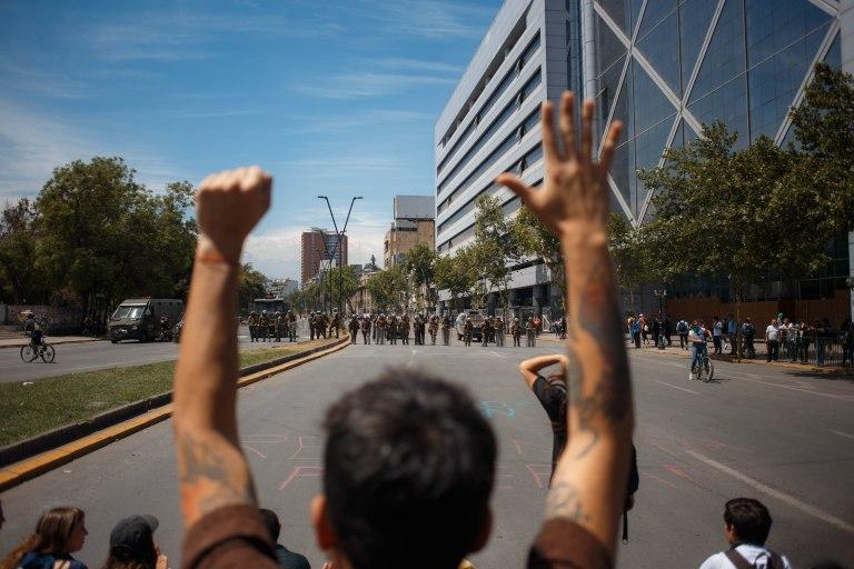 De oorlog tussen gewapende militairen en ongewapende burgers - copyright ad Matias Marin Rojas.jpg