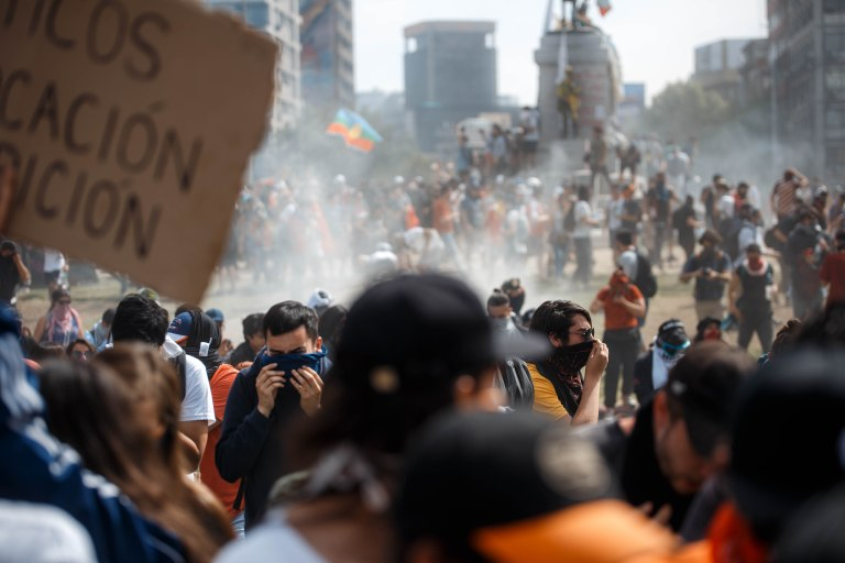 De politie verdrijft de manifestanten met traangast - copyright ad Matias Marin Rojas.jpg
